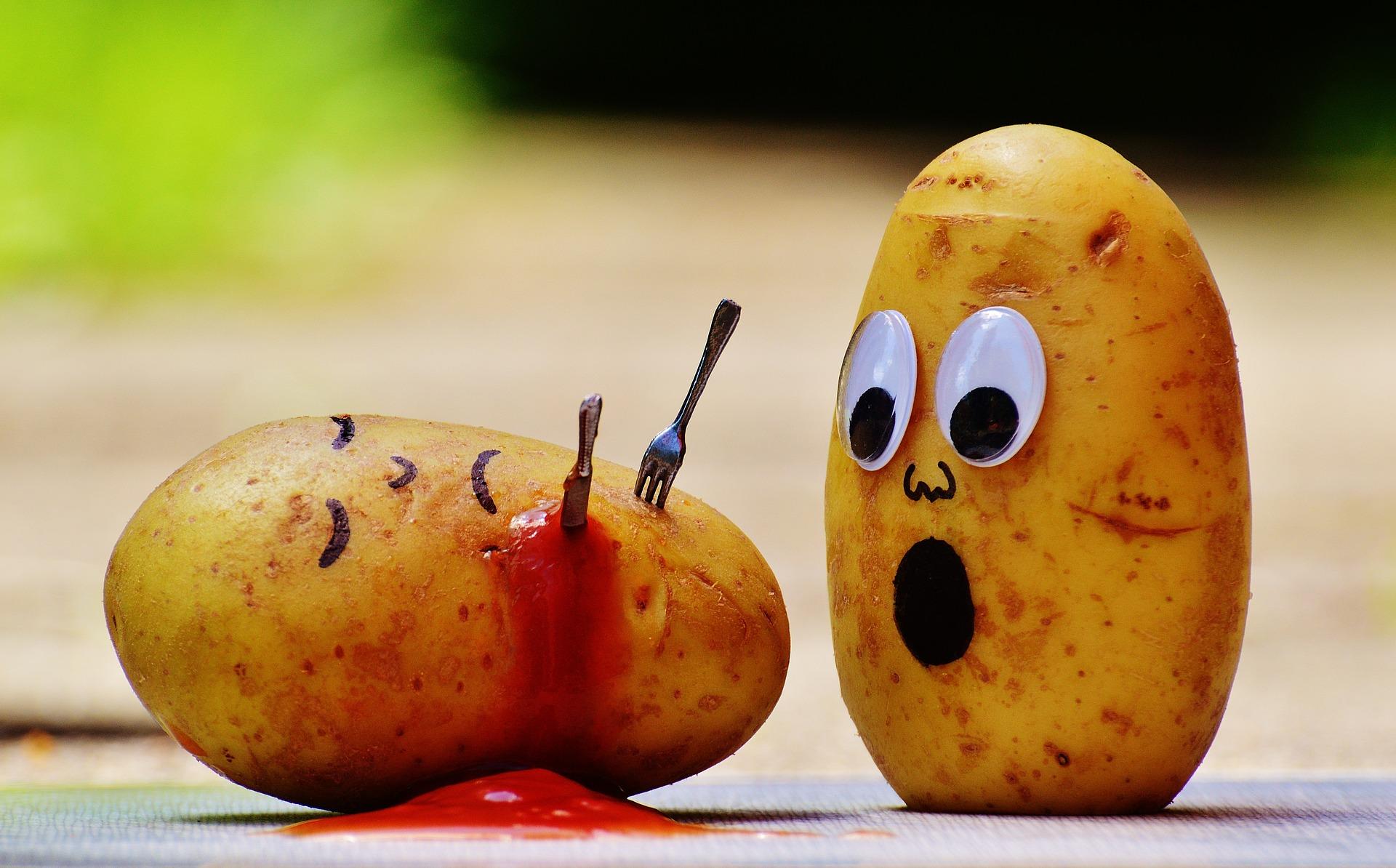 Patata asesinada con cuchillo y tenedor